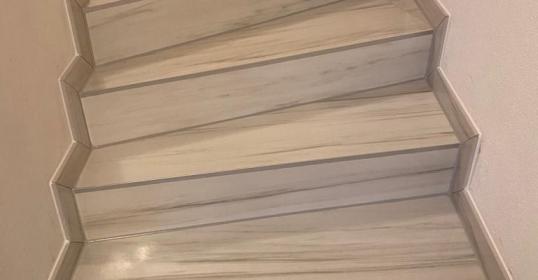 Stufen mit poliertem Feinsteinzeug