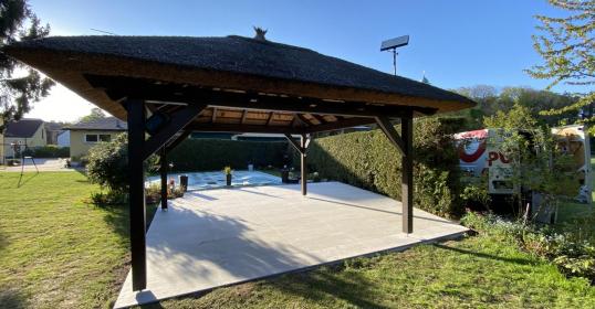 Pool-Pavillon 2cm Feinsteinzeug auf Alu-Unterkonstruktion