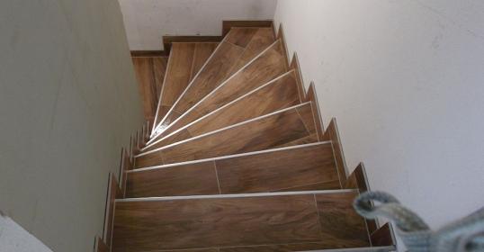 Stufenverlegung Holzfliesen